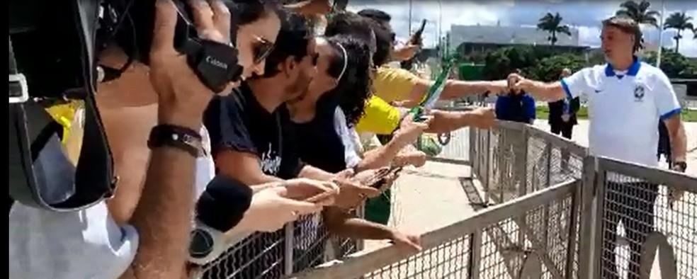 Presidente Jair Bolsonaro cumprimentou apoiadores em manifestação em Brasília — Foto: Reprodução/TV Globo