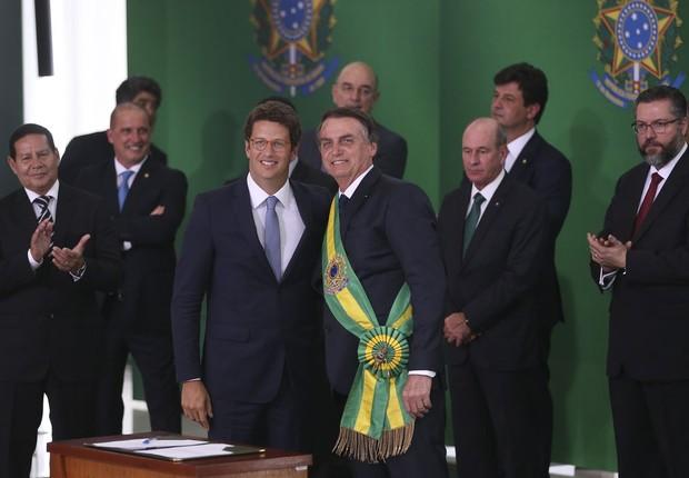 O presidente Jair Bolsonaro empossa o ministro do Meio Ambiente, Ricardo Salles, durante cerimônia de nomeação dos ministros de Estado, no Palácio do Planalto. (Foto: Valter Campanato/Agência Brasil )