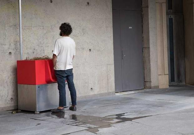 Homem faz xixi em urinol instalado na rua de Paris (Foto: BBC)