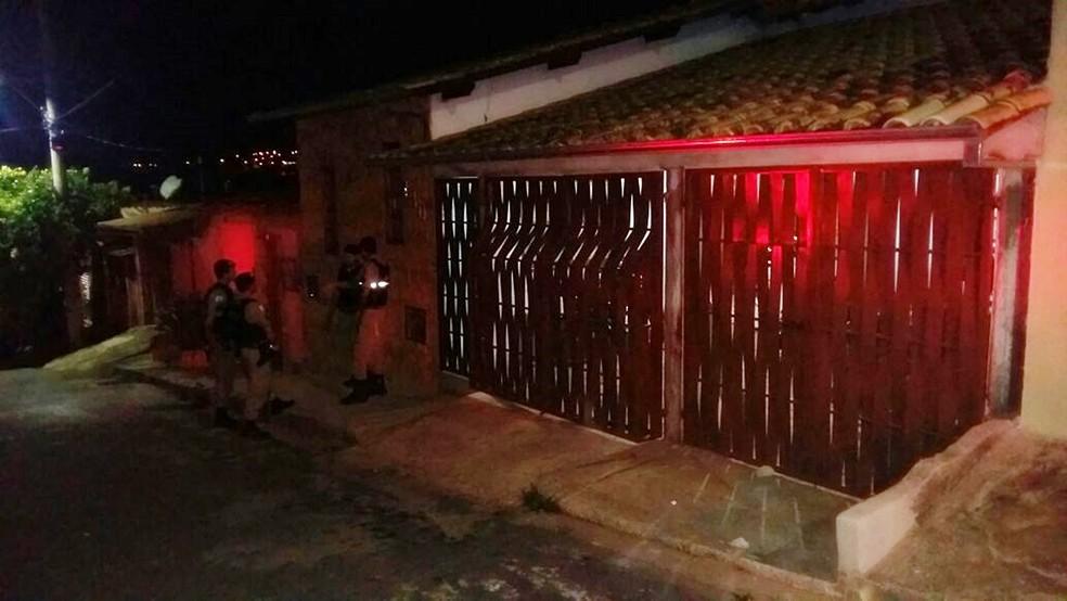 Polícia foi até porta da casa de jovem em Lavras (MG) para conter manifestantes. (Foto: Karina Mascarenhas)