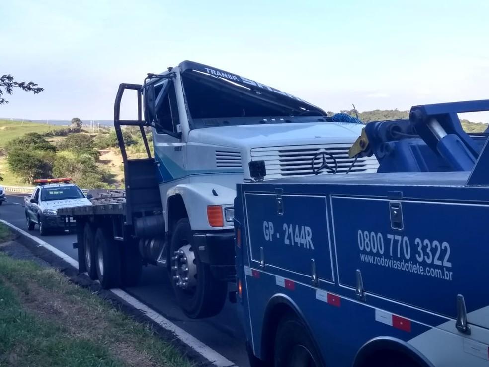 Caminhão tombou na Serra de Botucatu (SP) e motorista ficou preso às ferragens — Foto: Murilo Rincon/ TV TEM