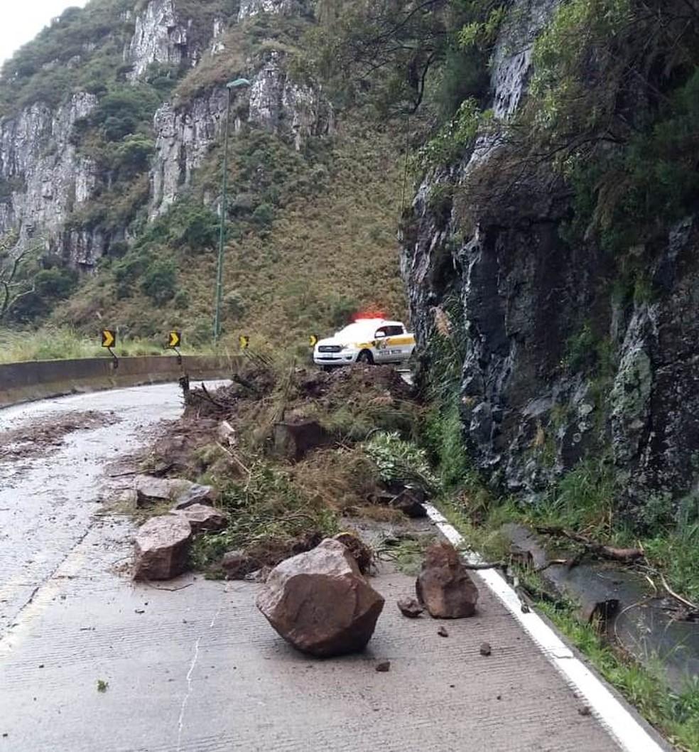 Trânsito na SC-390 ficou em meia pista após queda de barreira — Foto: Polícia Militar Rodoviária/Divulgação