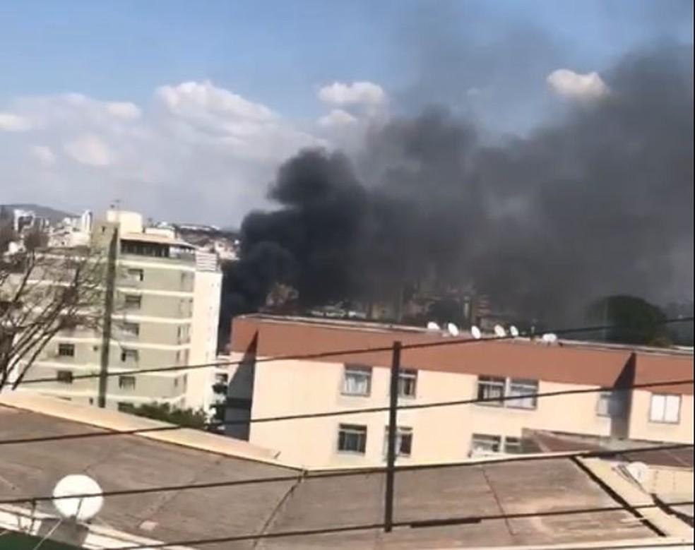 Incêndio atinge pátio de veículos em BH — Foto: Renata Guimarães/TV Globo