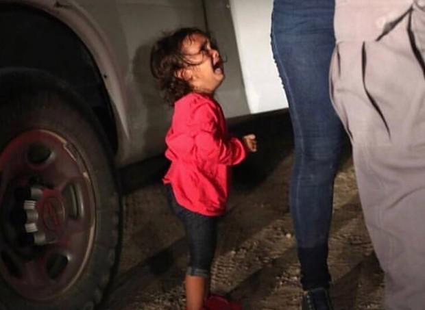 A imagem da garotinha chorando pela mãe revoltou os americanos (Foto: Reprodução/Instagram)