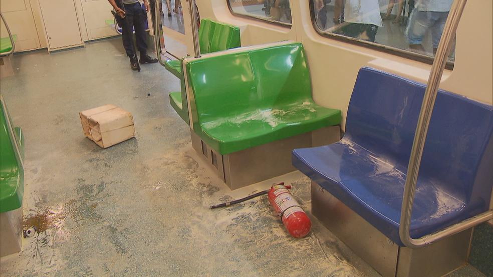 Trem do metrô depredado durante volta para casa no carnaval (Foto: TV Globo/Reprodução)