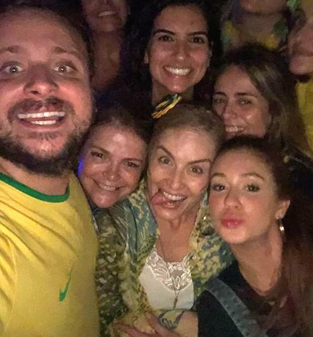 Léo Fuchs, Márcia Marba, Angélica e Marina Ruy Barbosa e Juliana Silveira ao fundo com amigas (Foto: Reprodução/Instagram)