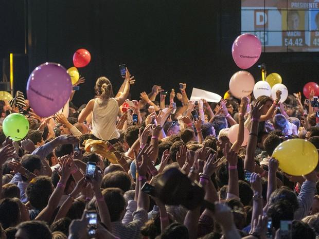 Apoiadores da coalizão Cambiemos comemoram a vitória de Mauricio Macri no segundo turno das eleições presidenciais da Argentina, em Buenos Aires, no domingo (22) (Foto: AFP Photo/Cambiemos - Tony Valdez)