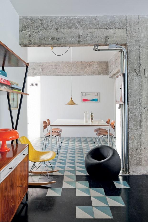 Décor do dia: sala de jantar com piso geométrico e inspiração industrial (Foto: Filippo Bamberghi/Arquivo Casa Vogue)