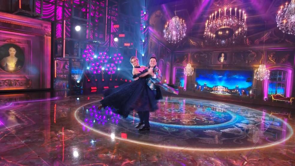 Paolla Oliveira e Leandro Azevedo dançam valsa no 'Super Dança dos Famosos'  — Foto: Globo