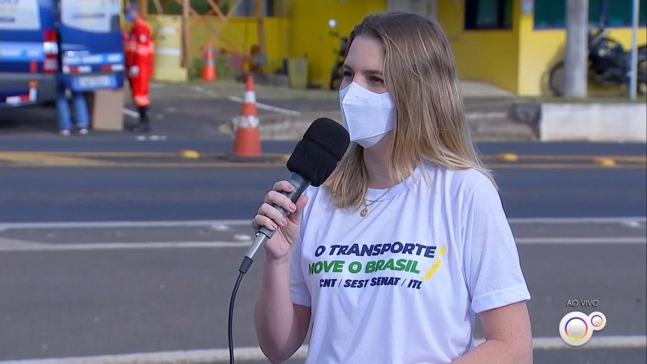 Ação contra a Covid-19 na BR-153 em Marília orienta e oferece kit higiene para motoristas
