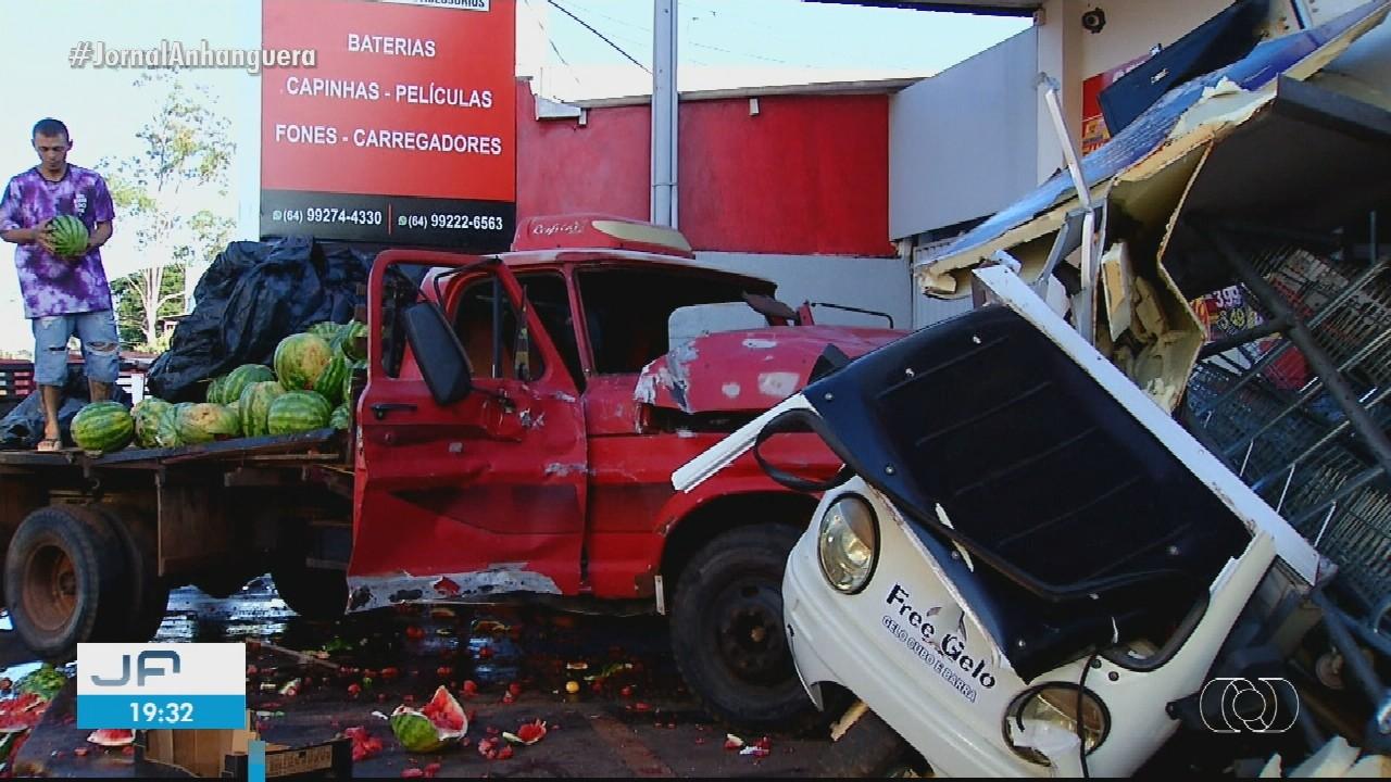 Caminhão carregado com frutas derruba muro de casa em Rio Verde