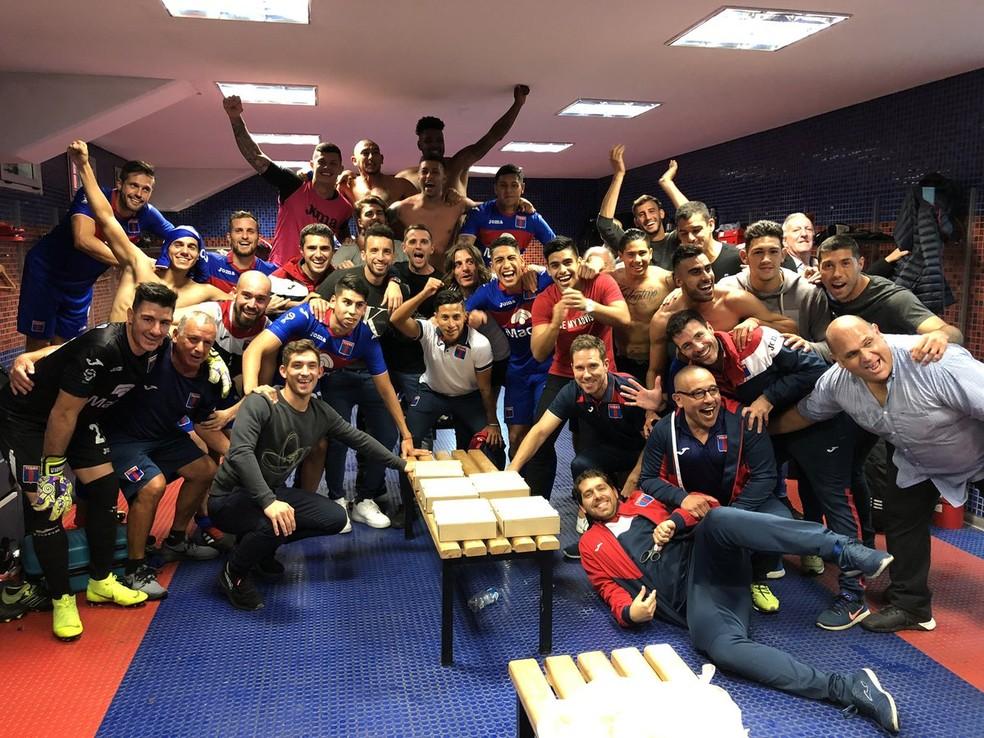 Jogadores do Tigre comemoram goleada no vestiário; time pode ficar sem vaga na Libertadores — Foto: Reprodução/Twitter