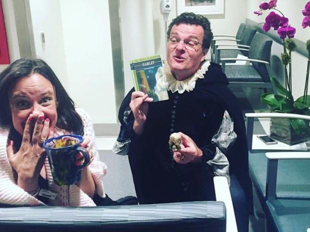 Karen Walsh e seu amigo Michael Cumpsty, também ator, vestido de Hamlet, personagem de Shakespeare  (Foto: Instagram de Karen Walsh)