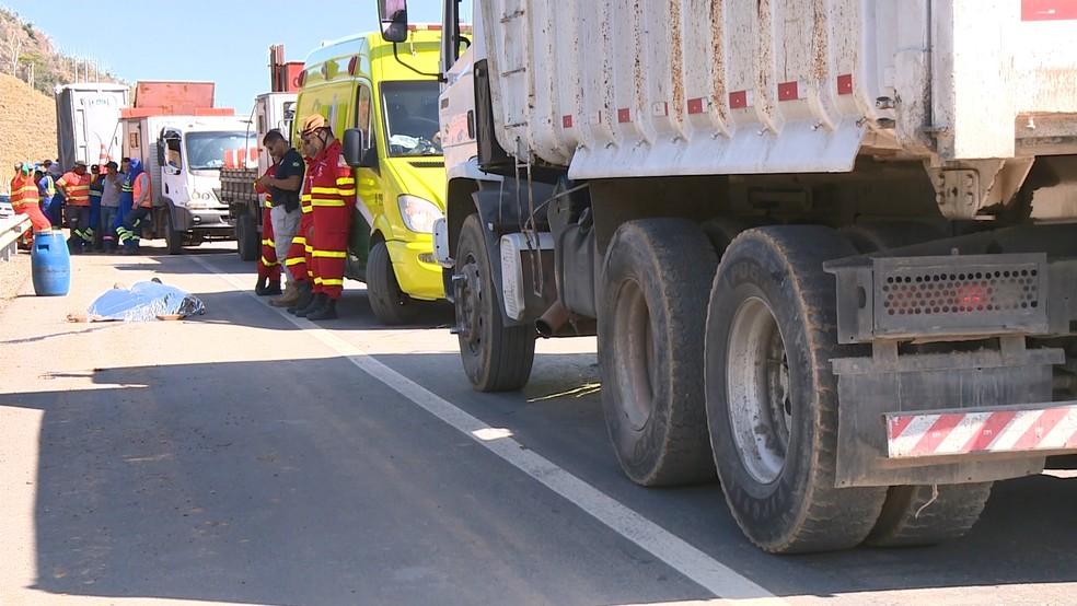 Funcionário da Eco-101 morre após ser atingido por caminhão de empresa, no Norte do ES — Foto: Álvaro Queiroz/ TV Gazeta