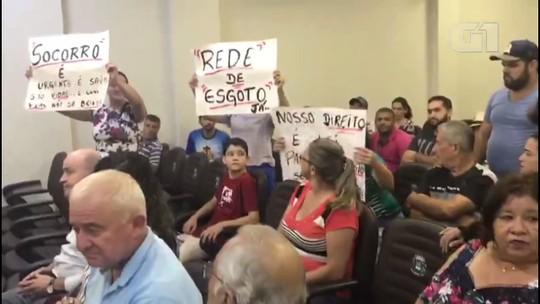 Em protesto por falta de saneamento, moradores levam baldes de esgoto para sessão da Câmara de Umuarama