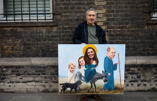 LONDON, ENGLAND - APRIL 23: Artist Kaya Mar poses with a painting of members of the Royal Family outside St Mary's Hospital ahead of the birth of the Duke & Duchess of Cambridge's third child on April 23, 2018 in London, England. Catherine, Duchess of Cam (Foto: Getty Images)