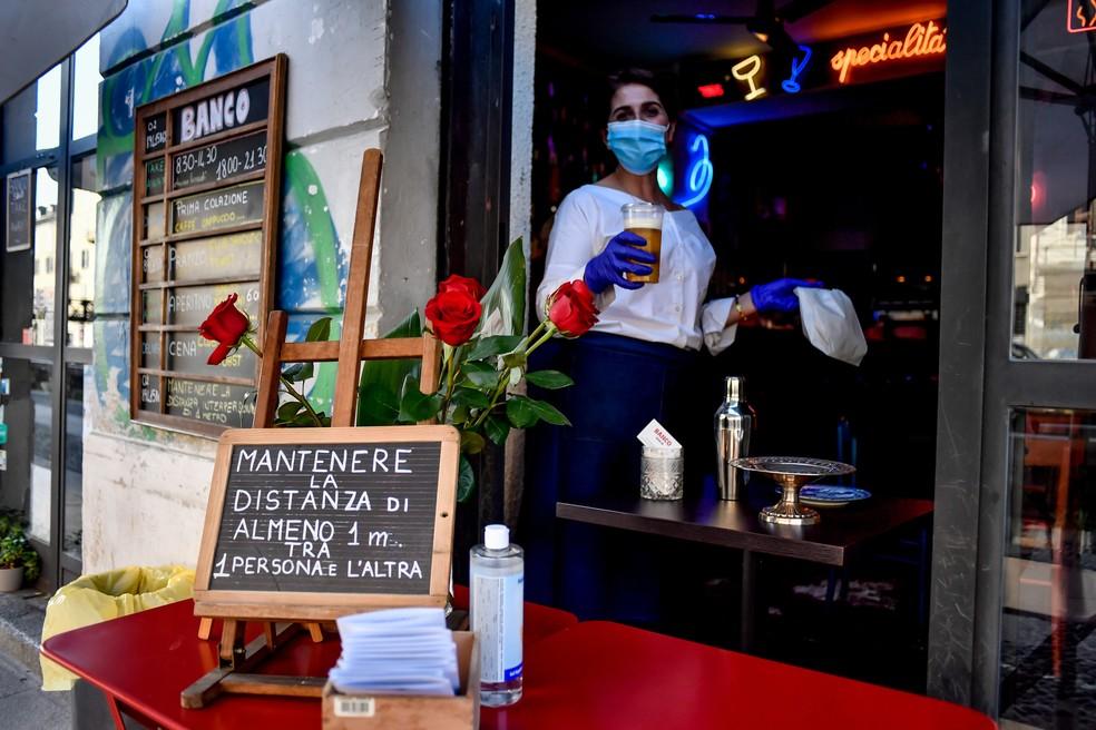 Bar em Milão, na primeira reabertura dos serviços, em maio de 2020 — Foto: Claudio Furlan/Dia Esportivo/Estadão Conteúdo