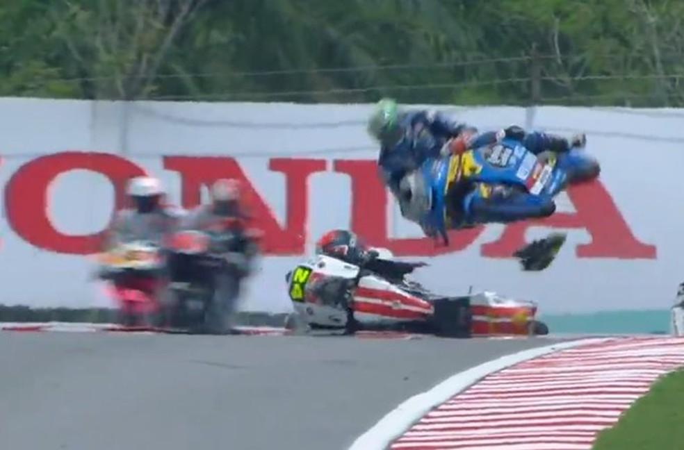 Mais um lance de perigo, com Lopez ejetado pela moto de Suzuki... — Foto: Internet