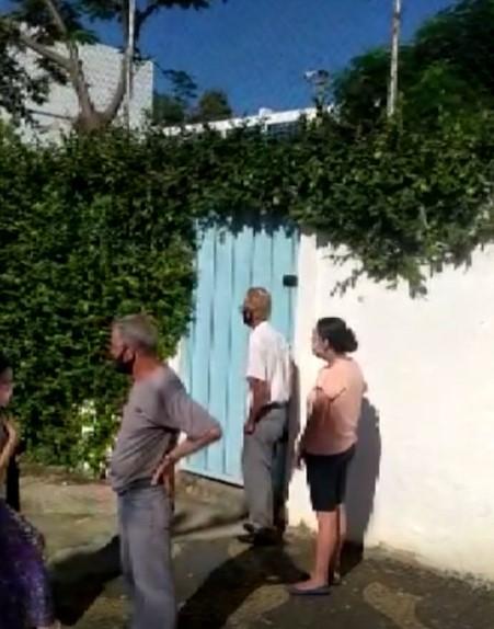 Idosos chegam para tomar vacina contra Covid-19 em Sumaré, mas ninguém aparece para aplicar a dose