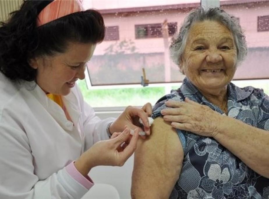 Projeto propõe vacinação de idosos em casa