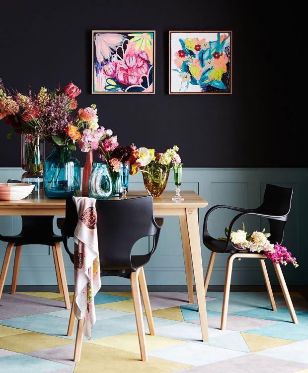 Décor do dia: sala de jantar com parede preta e flores coloridas (Foto: Divulgação)