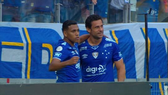 Gol do Cruzeiro: Fred ajeita e chuta para abrir o placar