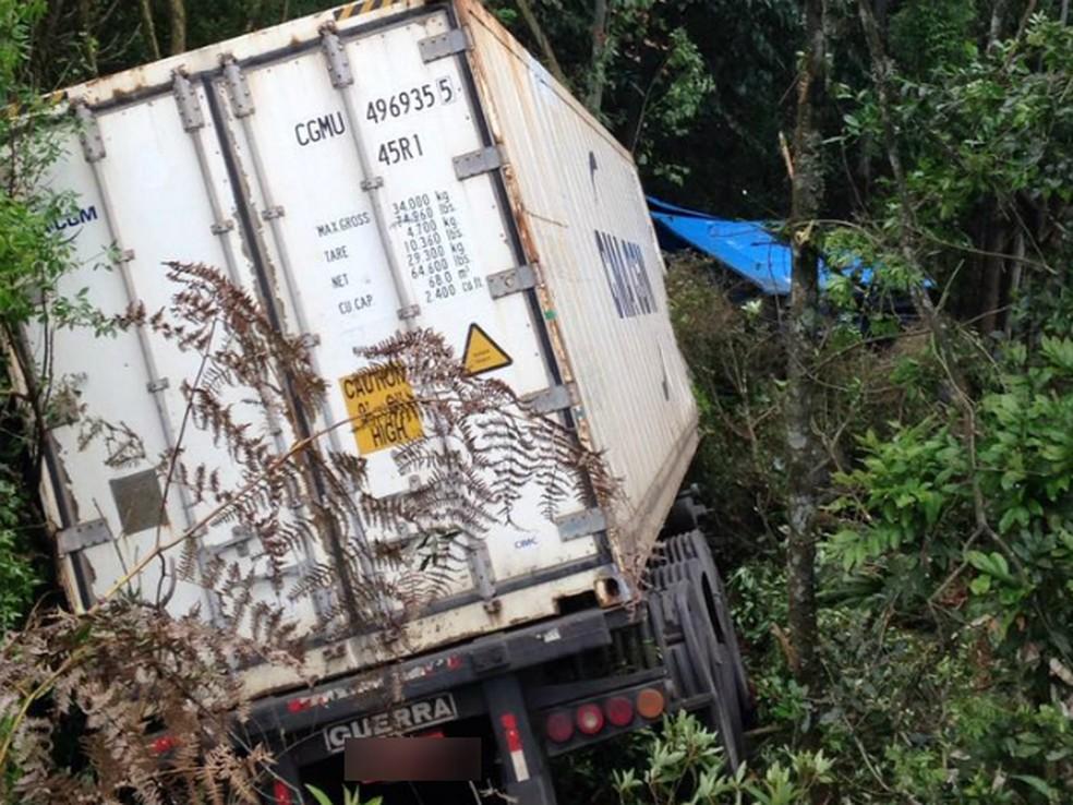 Acidente entre carreta e caminhonete aconteceu na manhã deste domingo (15) na PR-466, em Pitanga (Foto: Divulgação/Polícia Rodoviária Estadual)