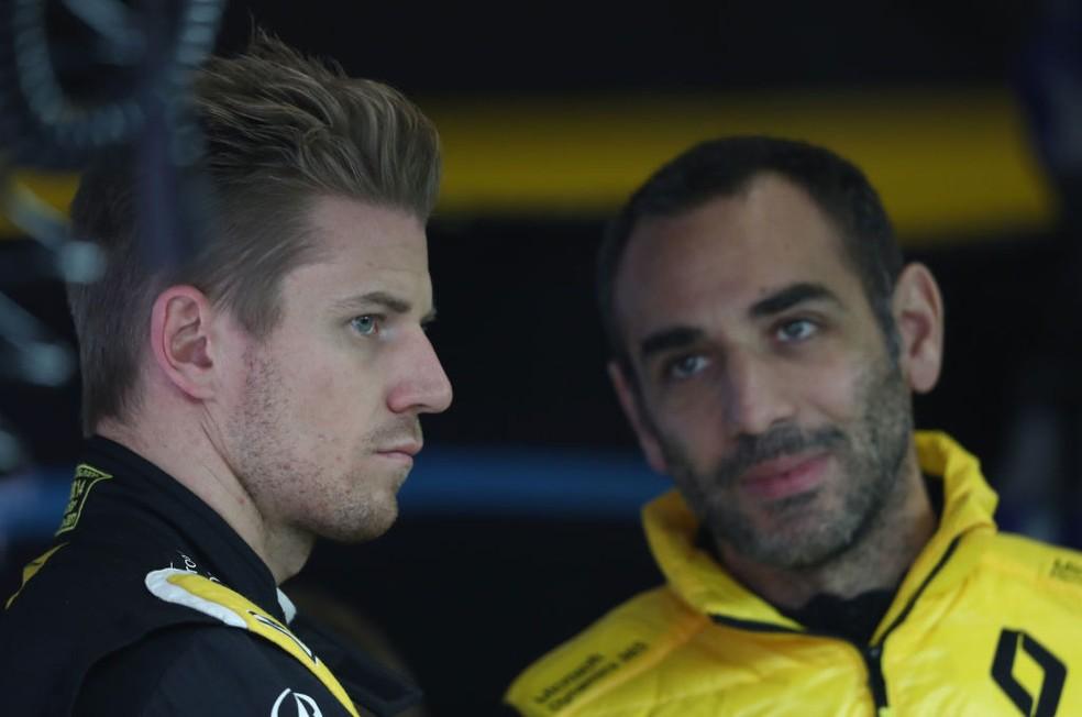 Nico Hulkenberg e o chefe da Renault, Cyril Abiteboul no GP da China de 2019 — Foto: Lars Baron/Getty Images