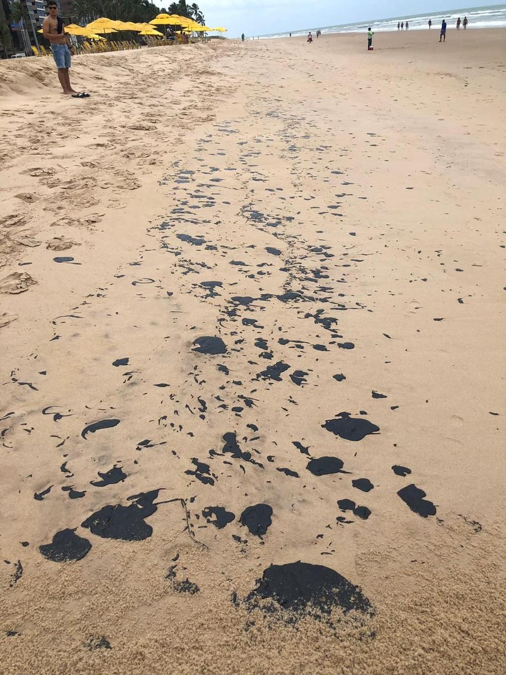 Manchas escuras apareceram na praia de Boa Viagem, no Recife  — Foto: Reprodução/WhatsApp