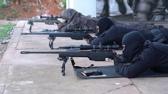Treinamento para sniper exige controle de respiração e alta precisão em tiro
