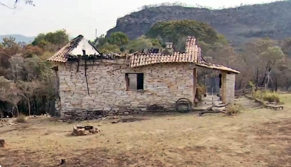 Médica perde casa após queimada em vegetação avançar sobre residências em MG — Foto: Reprodução EPTV