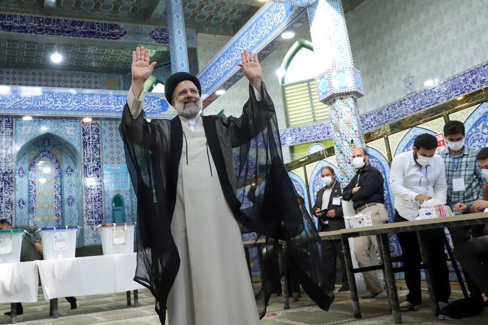 Ebrahim Raisi, o candidato ultraconservador que é favorito na eleição presidencial iraniana, acena após votar em Teerã, capital do Irã, em 18 de junho de 2021 — Foto: Majid Asgaripour/Wana (West Asia News Agency) via Reuters