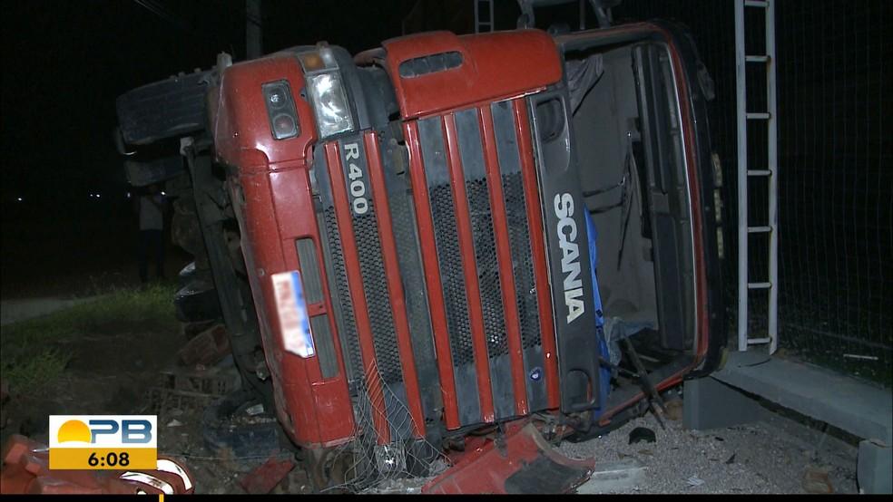 Motorista perde controle da direção e tomba caminhão na BR-230, em Cabedelo, na PB — Foto: TV Cabo Branco/Reprodução