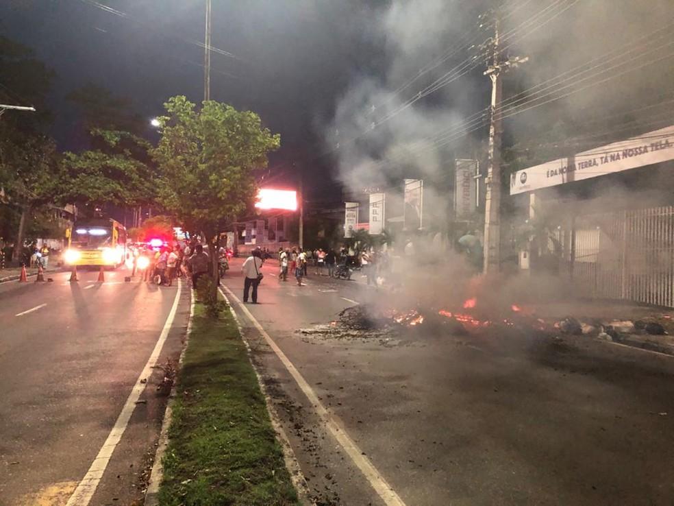Manifestação acontece na noite deste sábado (26), na Avenida André Araújo. — Foto: Rebeca Beatriz/G1 AM