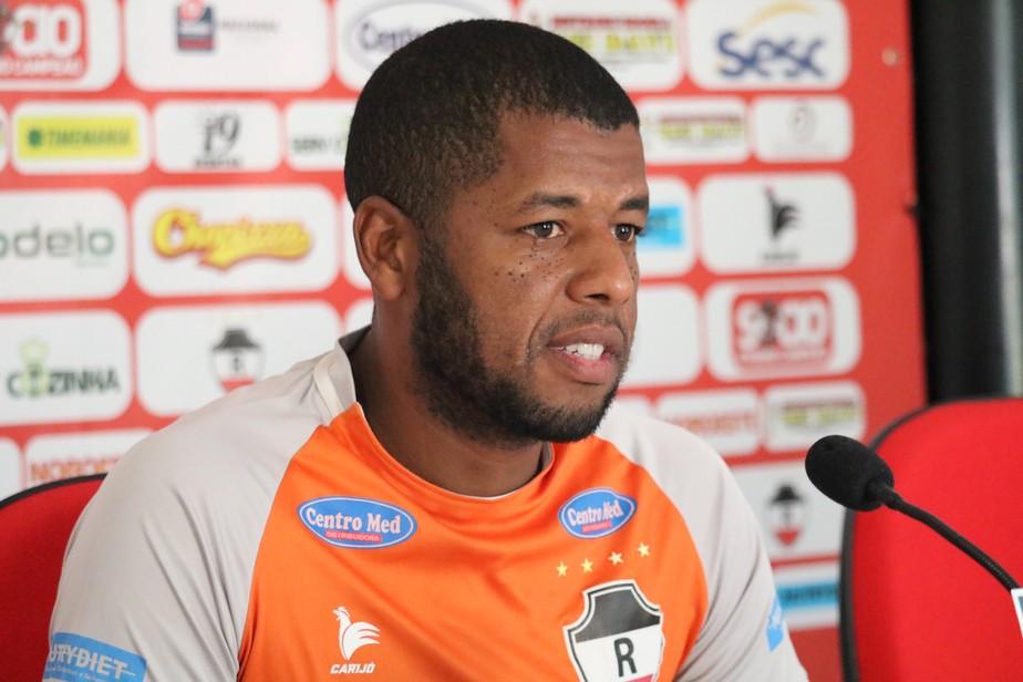 Zagueiro fica sem emprego e desabafa: