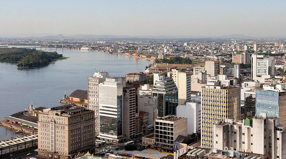 A 7ª posição é de Porto Alegre, capital do Rio Grande do Sul. A educação é o forte da cidade: 29% dos adultos têm diploma universitário. O preço dos imóveis também é um atrativo: o m² custa em torno de R$ 4.900. (Foto: WikiCommons)
