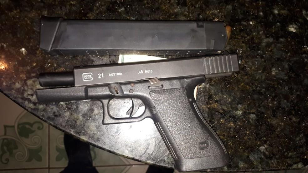 Operação mira integrantes de facção criminosa suspeita de matar ao menos 30 pessoas no DF; arma apreendida em casa dos suspeitos — Foto: PCDF/Divulgação