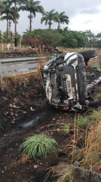 Sargento da PM morre, e outro policial fica ferido após capotar carro da polícia em rodovia do Ceará