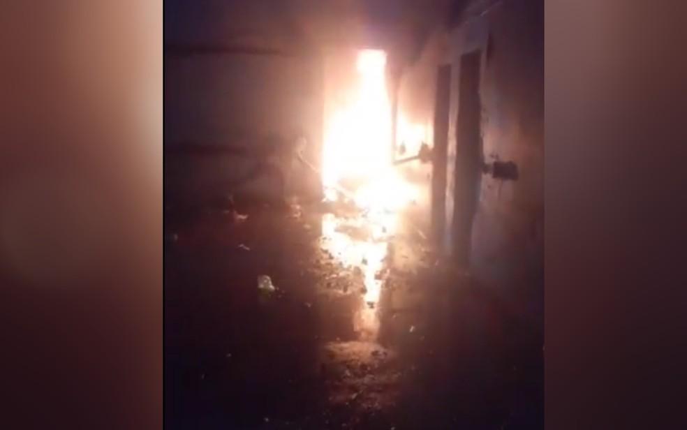 Imagem transmitida ao vivo de dentro do presídio mostra fogo em cela no presídio de Aparecida de Goiânia — Foto: Reprodução/Facebook