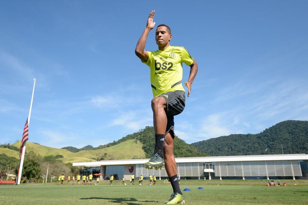 Lateral fez treinos físicos separadamente ao elenco — Foto: Alexandre Vidal / Flamengo