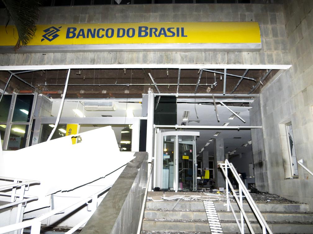 Criminosos explodiram duas agências bancárias nesta quarta-feira (11) em Passos (MG) (Foto: Helder Almeida)