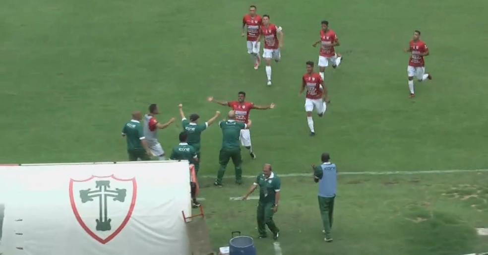 Reinaldo comemora bonito gol marcado contra o Teixeira de Freitas (Foto: Reprodução/FPF TV)
