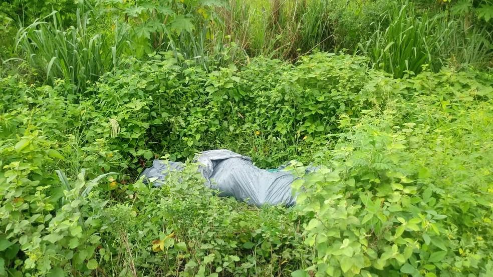 Corpo foi encontrado amarrado em lona em Cuiabá — Foto: Polícia Militar de Mato Grosso/Divulgação