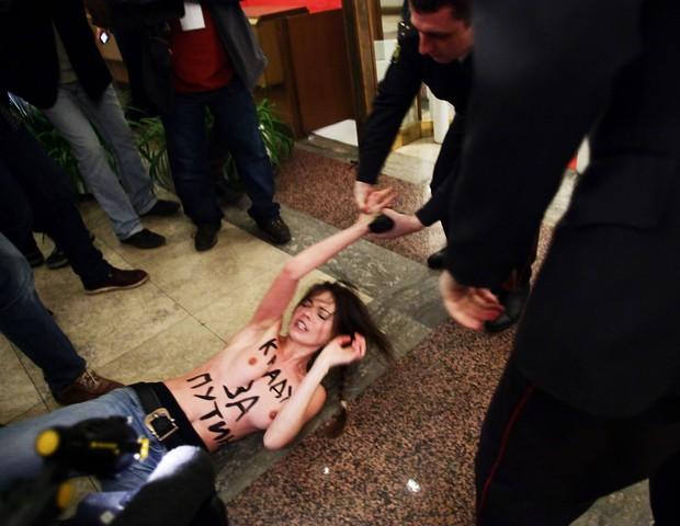 A cofundadora do FEMEN, Oksana Shachko, em protesto  (Foto: Getty Images)
