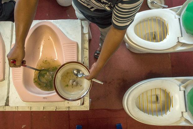 Restaurante na Indonésia serve comida em vasos sanitários (Foto: Suryo Wibowo/AFP)
