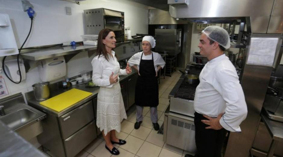 Andréa Natal trabalha no Copacabana Palace há 22 anos  (Foto: Reprodução/O Globo)