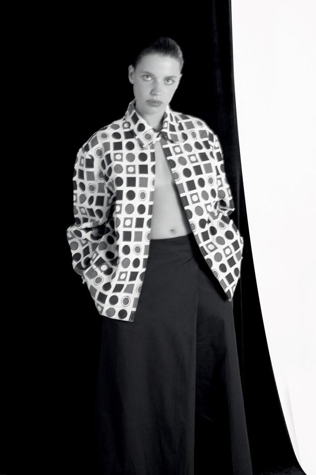 A atriz Bruna Linzmeyer veste jaqueta Minha Avó Tinha e calça basico.com, no ensaio do projeto Free Free, para o qual também posou nua (Foto: Cassia Tabatini)