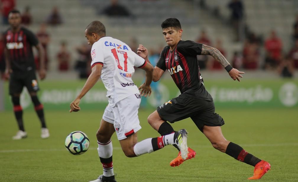 Esteban Pavez trocou de posição e camisa em 2018 (Foto: Giuliano Gomes/Agência PR PRESS)