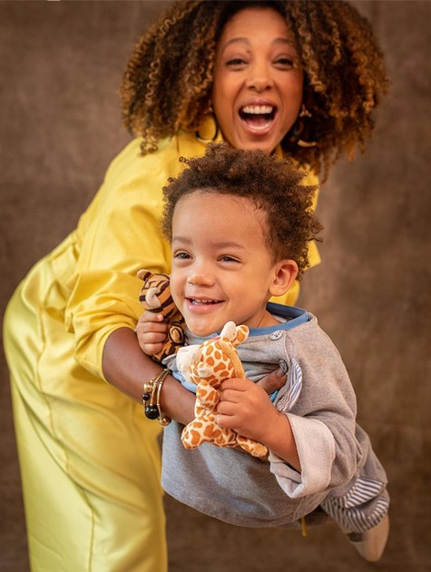 """Olha só que amor Negra Li com o filho, Noah, no cenário do """"Boas-vindas"""", do GNT. No episódio que vai ao ar amanhã, a cantora diz que sempre sonhou ser mãe  (Foto: Divulgação)"""
