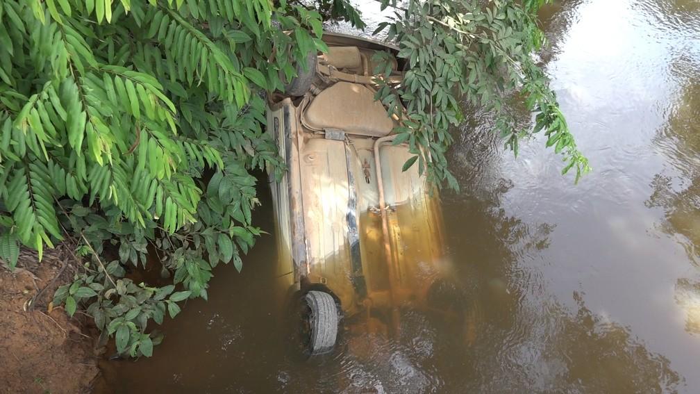 Carro caiu de ponte e vítimas morreram, presas dentro do veículo — Foto: WhatsApp/Reprodução